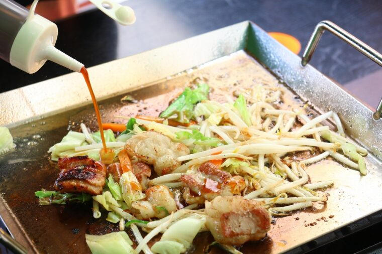 お肉に焦げ目がつくまで焼いたら、特製ダレをドバドバ―!