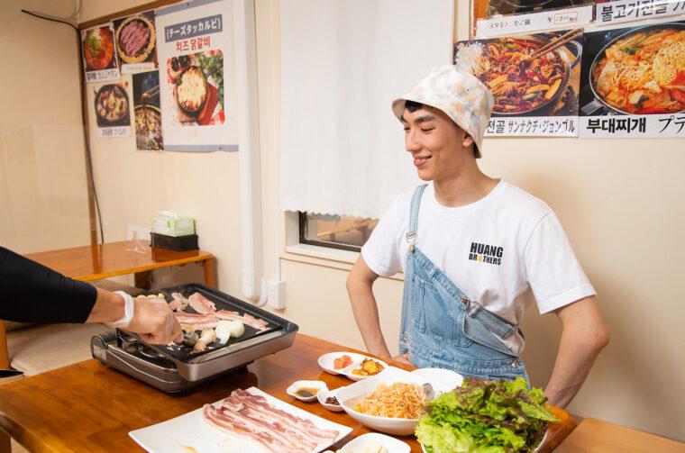 サムギョプサル専用の鉄板でブ厚い豚バラ肉を焼いていきます。脂が流れる鉄板の下の方では野菜やキムチを焼き、豚肉のうまみをまとわせます。おいしそうな香りにすでにワクワクなチャーリーさん
