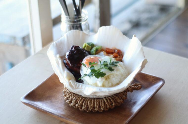 貝のお皿で提供する『SEKIYAリゾー ト ロコモコ丼』(1,280円)