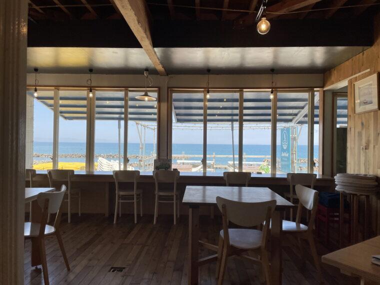 カフェスペースと通路を挟んで配置されたコワーキングスペースはイス席。海を眺めながら仕事できるなんてサイコー!