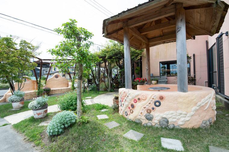 東屋風の円形ベンチ席。。周辺の花や緑ともマッ チしている