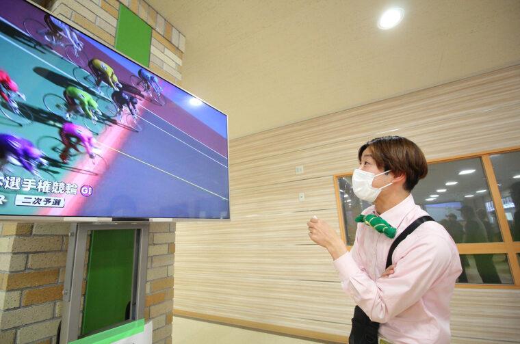 車券は100円から買えます。小林村長を待たせてレースに見入る失礼な僕