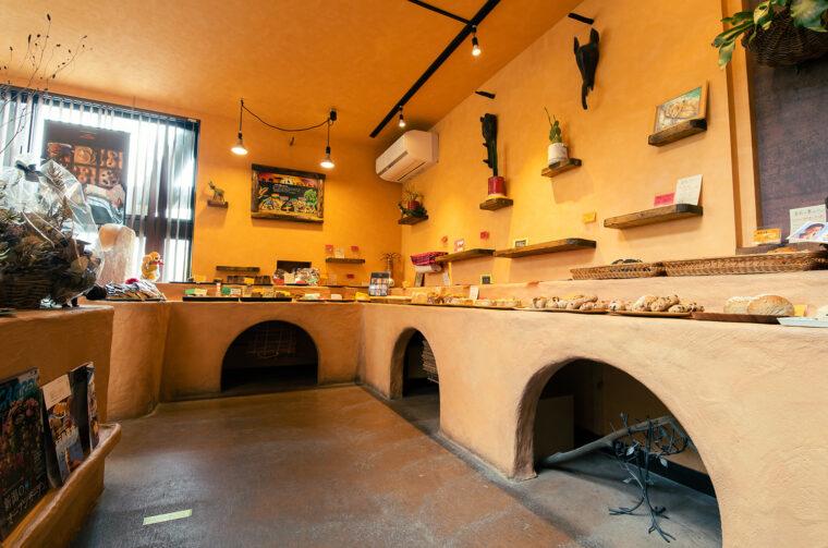 店内に入って左手側にあるアフリカ系のパンが並ぶコーナー。右手側には菓子パンや総菜パンなどが並ぶコーナーもあります