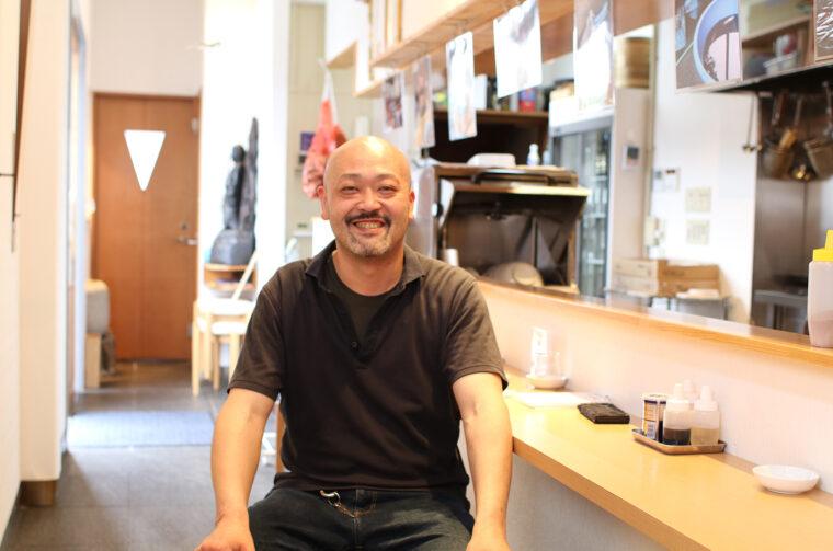 一見怖そうに見えるが、やさしく物腰やわらかな店主・斉藤さん