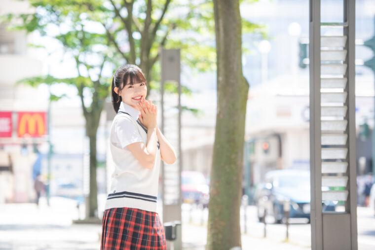 小越春花(おごえはるか)。新潟県出身の現役高校生センター。自身が村長を務める「はるか村」という村を展開し、小越のファンははるか村の「村民」と呼ばれる。ゆえに愛称は「はるか村」で、独自の路線で人気を博している