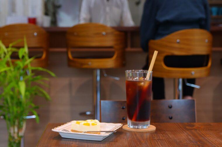 『コールドブリューコーヒー』(550円)と『オレンジフレーバーチーズケーキ』(350円)