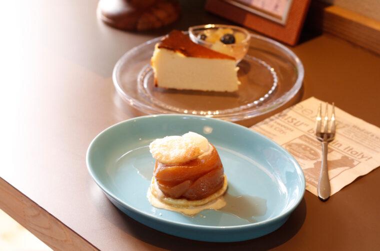 『タルトタタン』(手前、400円)と『バスクチーズケーキ』(400円)