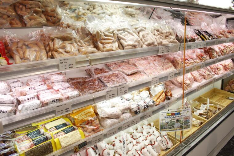 加工肉も所狭しと。『なまらハム』はジューシーな食感で大人気!