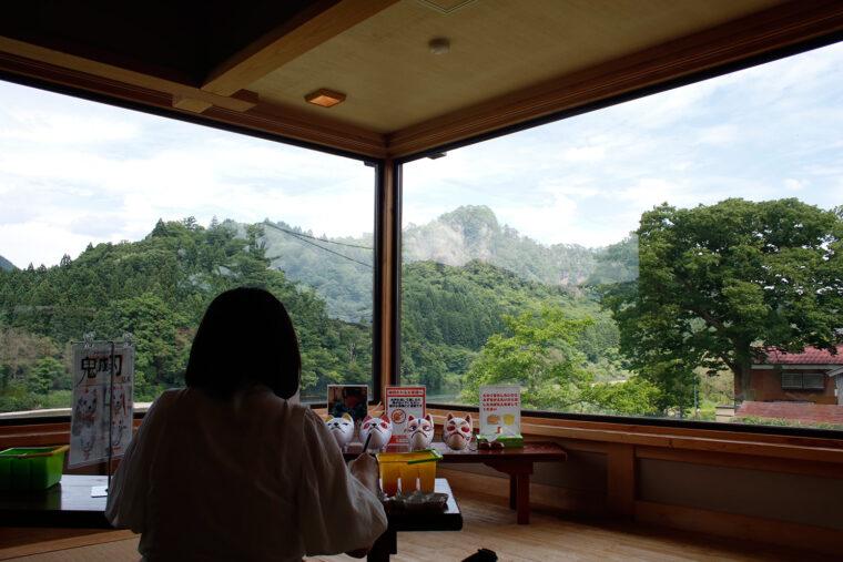 麒麟山を望む2階の茶室で体験できます