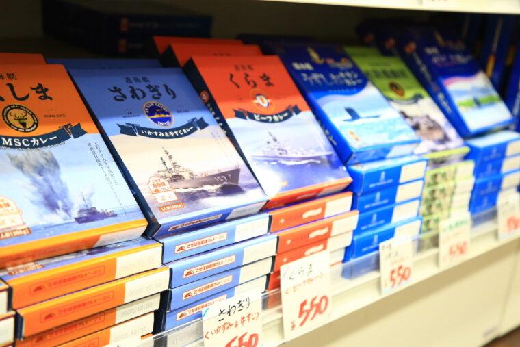 お土産品として人気のレトルトカレー。さまざまな戦艦内で食べられているオリジナルカレーのレシピで作られたものだそうです。どれ買うか迷う