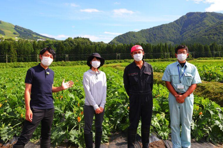 生産者の今村さんご夫妻さん(写真中央のお二人)とJAみなみ魚沼の小野塚さん