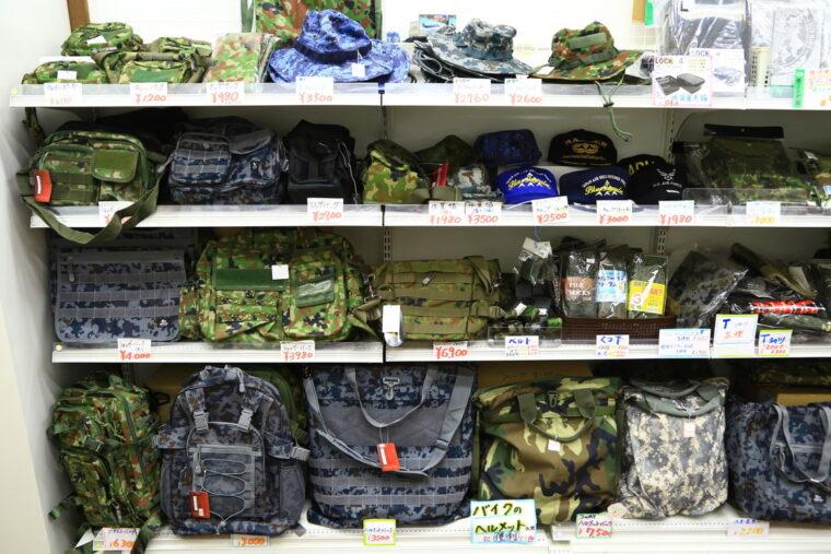 衣料、バッグ、帽子、靴下などが並ぶコーナー。かなり作りがしっかりしているのにこの値段でいいのと!? 驚くはず