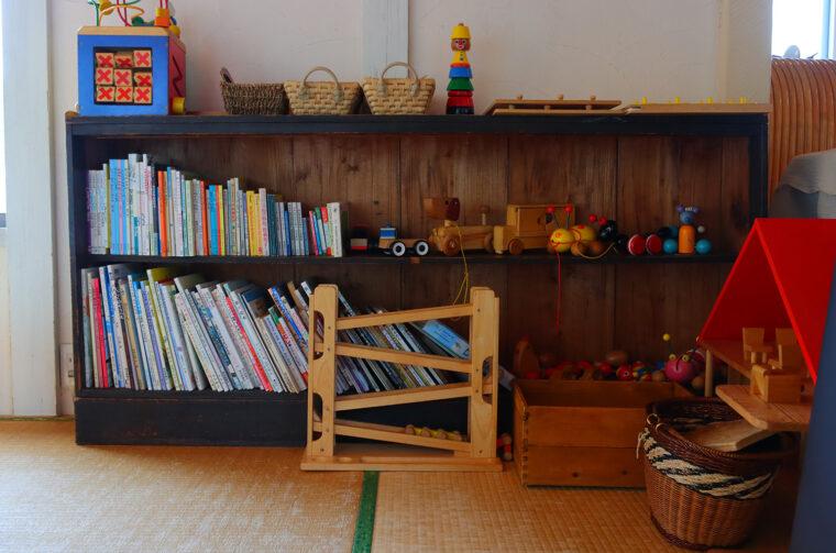 絵本やおもちゃなどがある畳の席は子ども連れの方に人気