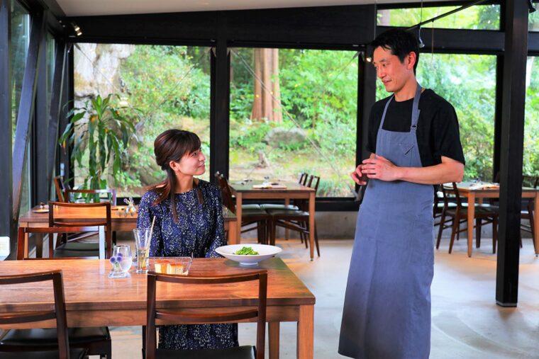 自分が取材されている立場にもかかわらず、つい取材してしまう大塩さん(笑)。右が茂山賢司シェフ