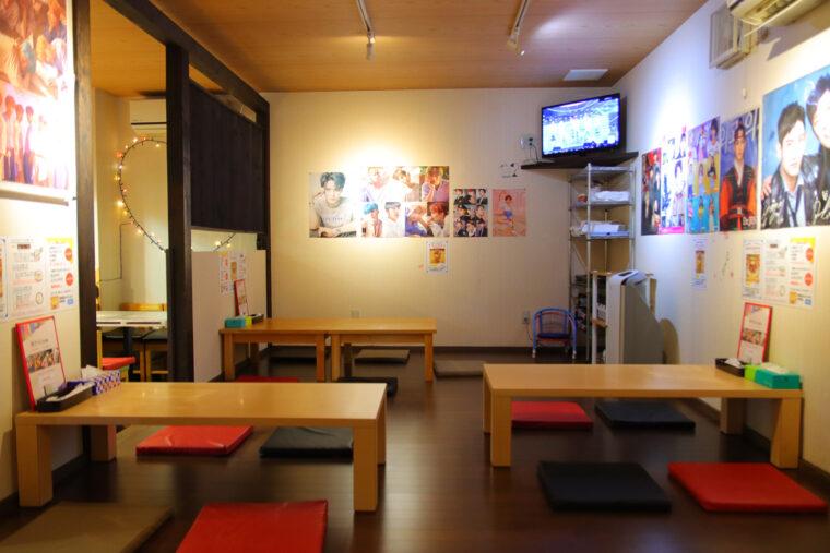 座敷席の壁には韓国のアーティストのポスターがいっぱい! 韓流ファンの交流の場にもなっているそう