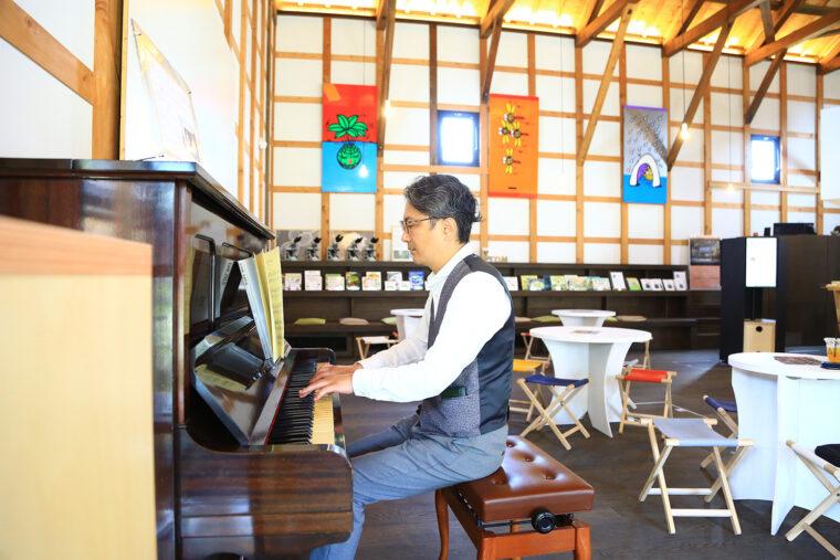 店内のピアノは誰でも自由に弾いてOK。マネージャーの斎藤さんが弾いてくれることも