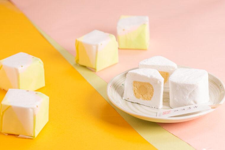 『雲がくれ』(1個100円)。箱詰めで購入すると中に入っている菓子楊枝の袋も、なんとひとつひとつ手作りしているのだそう!