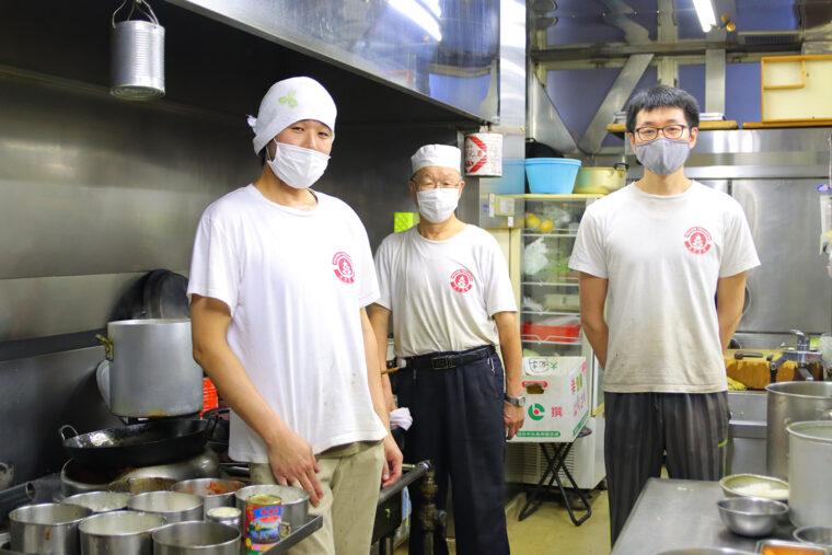 左から慎矢さん、国雄さん、卓矢さん。