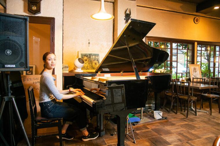 器自慢のピアノ。こちらは2代目だそう