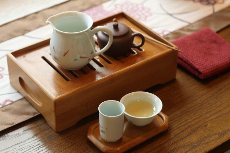 右奥から「茶壷」「茶海」、手前右から「口杯」「聞香杯」