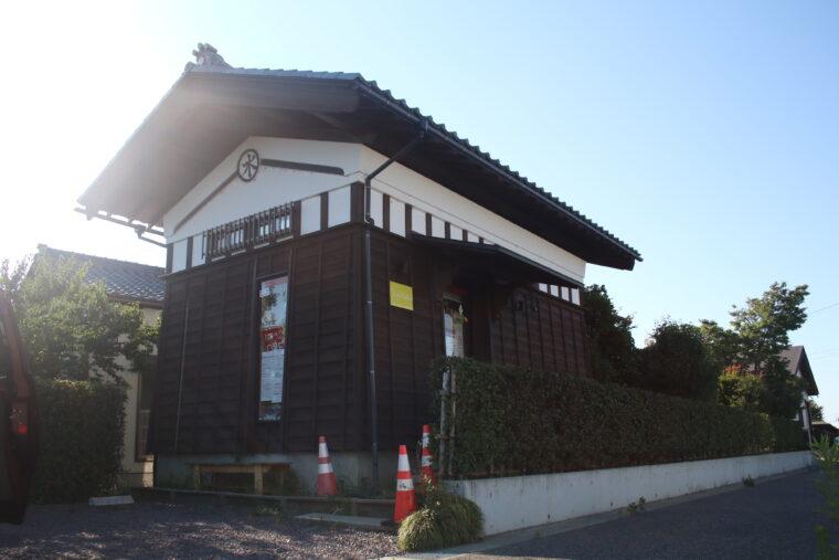 歴史を感じる土蔵。外観はまさに古き良き日本。。。という印象