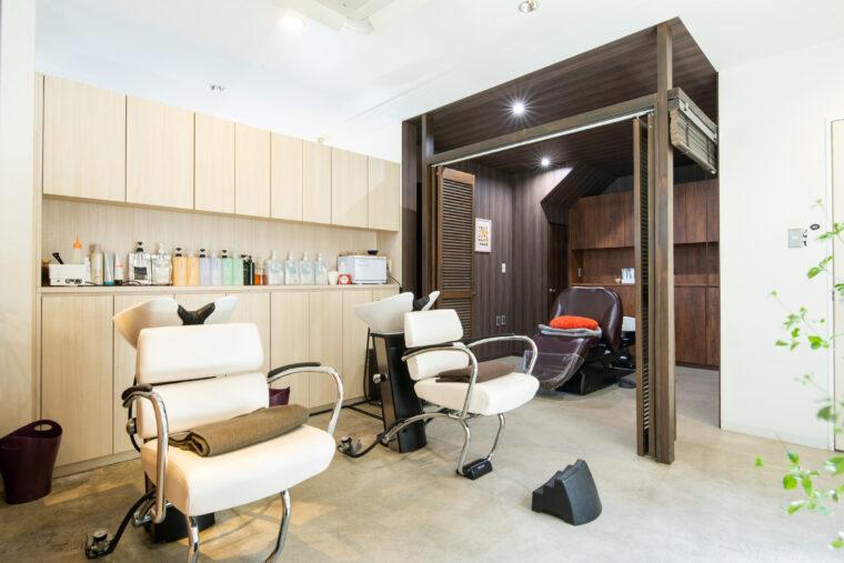 店内奥にはフルフラットになる完全個室のシャンプー台を用意。 スパなどのリラクゼーションメニューも充実しています