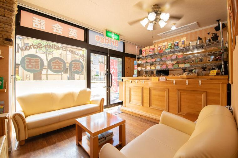 英会話の受付兼カフェスペース。NYのコーヒーショップのような雰囲気です