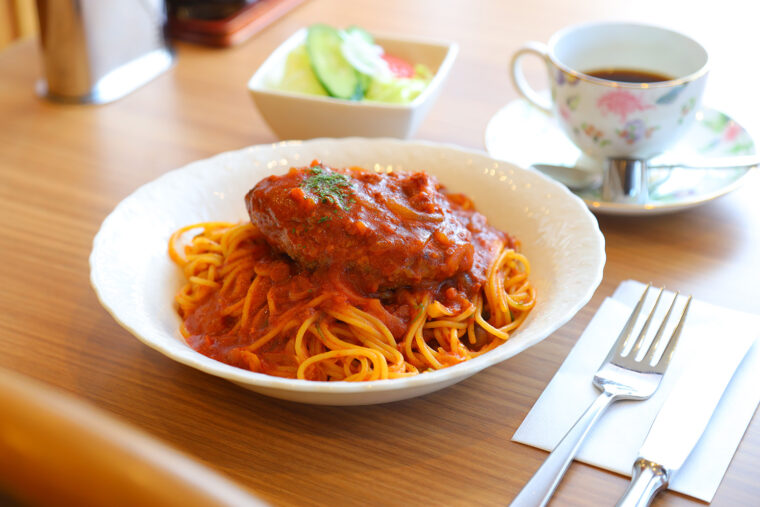『ハンバーグスパゲッティ』(1,080円)。サラダ付き