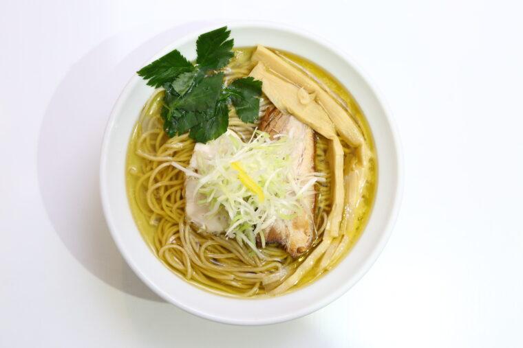 看板麺の『鶏塩そば』、こちらは細麺。700円