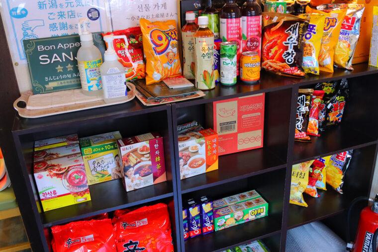 店内では韓国食品も販売されています