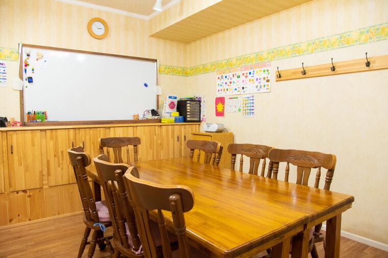 英会話教室はこのような感じです。テキストを使ったりしながら楽しくおしゃべりしましょう!