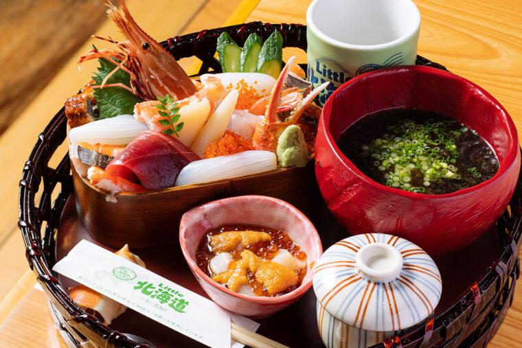 『北海わっぱ寿司~豪快自家製 オホーツク醤油をのせて~』(2,480円)。味噌汁付き。昼は茶わん蒸し、ドリンクも付きます