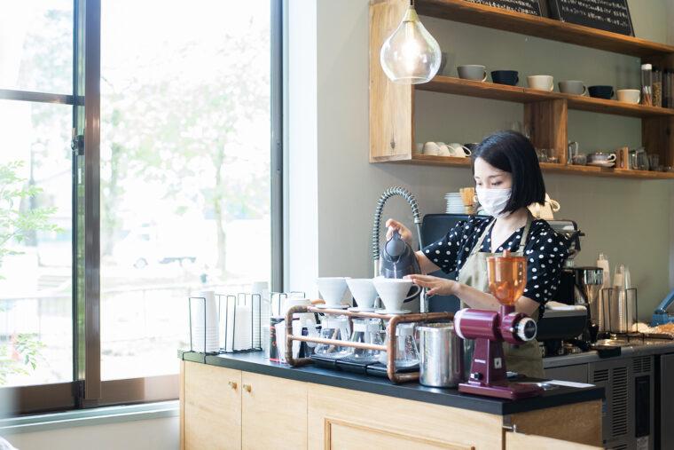 コーヒーをいれる中島さん。窓のすぐ向こうは水沢小学校!