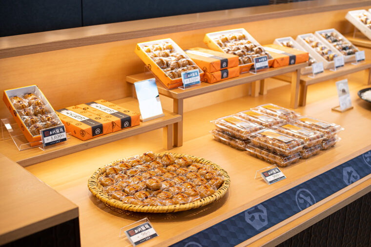 店頭にズラリと並ぶ『お六饅頭』。ひとりで何箱も購入する人多数。並べても並べても次々売れていきます