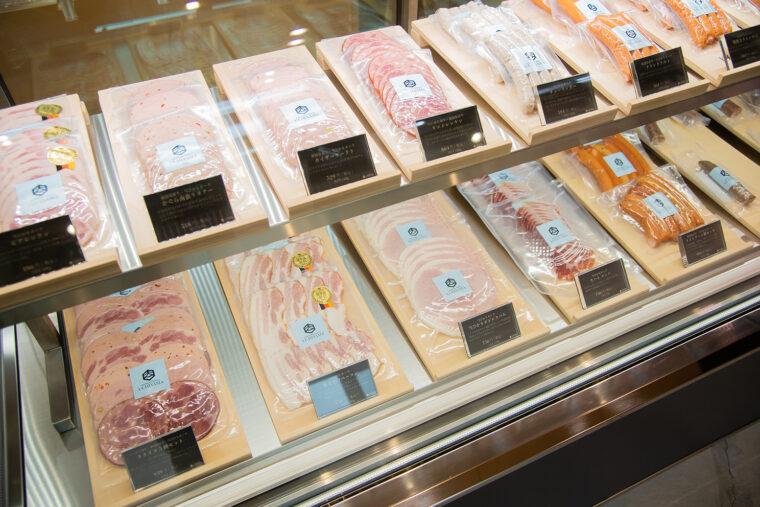ドイツ食肉連盟主催 「IFFA日本食肉加工コンテスト」で最高賞・金賞を受賞した「かぐら南蛮ウインナー』をはじめさまざまな加工品が揃います。和牛入り生サラミもおすすめ