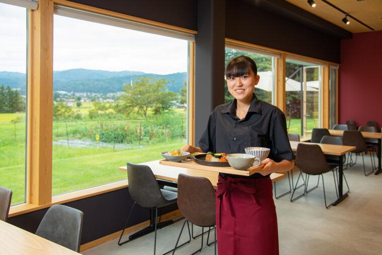 「のどかな風景を眺めながら自慢の肉料理をどうぞ」とスタッフ・松井さん