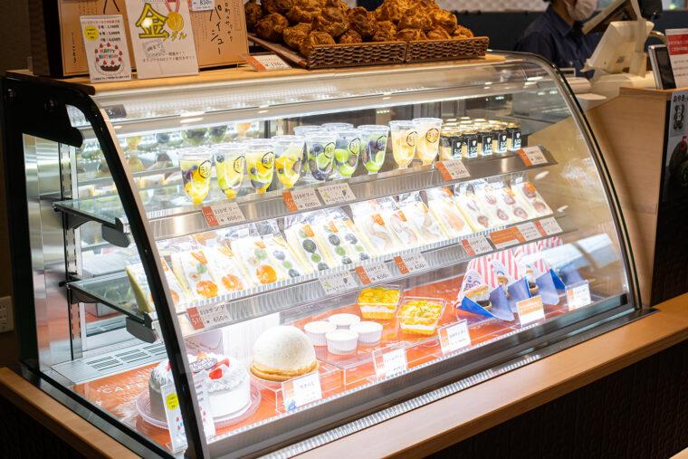 洋菓子コーナー。注文の都度クリームを詰めてくれるクッキーシューや、食パンでなくスポンジ生地を使ったフルーツサンドが人気です