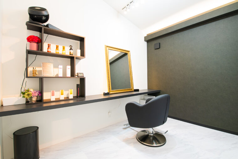 こちらの個室は黒をベースとしたクールな空間