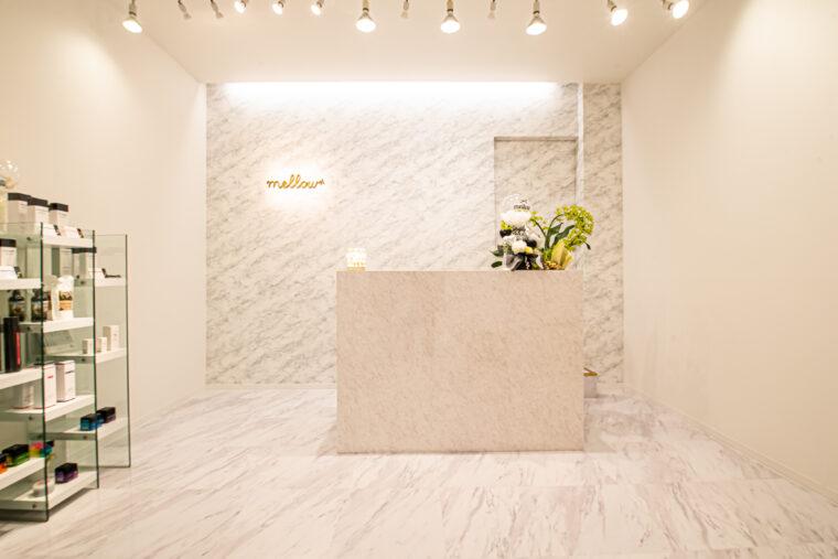 サロンは白を基調にした空間。階段を上がって2階にあります