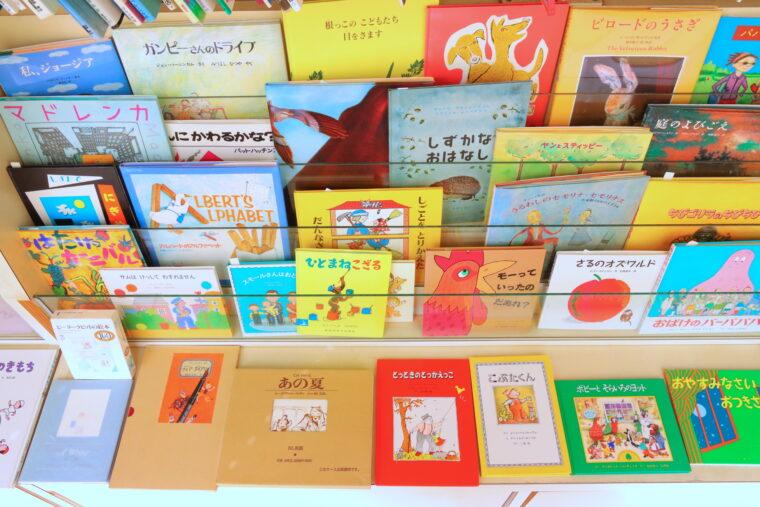 なかなか書店では手に入らない絵本も並んでいます