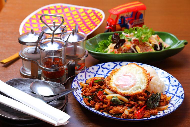 『ガパオライス』(手前・935円)と『ヤムウ ンセン』(奥・770円)。テーブルに用意された4つの調味料で、お好みの味に調整できるのがスパイシーマーケット流(というか、現地流?)