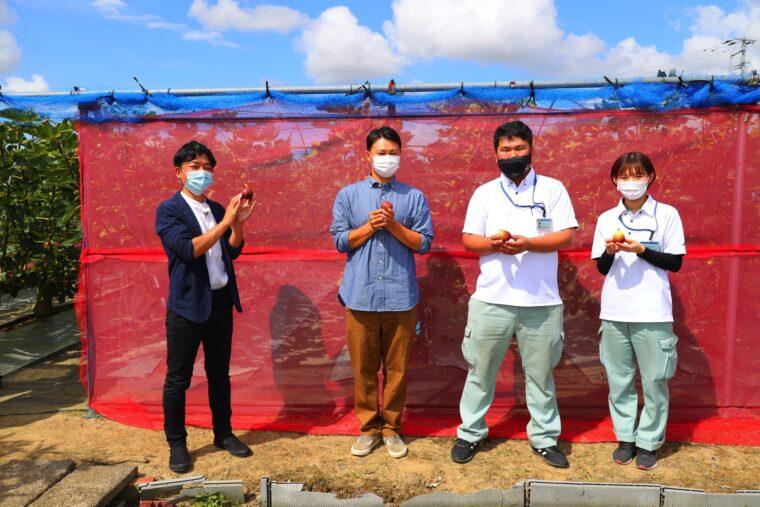 生産者の佐野さん(写真左から二番目)とJA越後中央の大谷さん(写真右から二番目)、福田さん